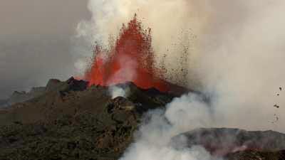 Eruptions oranges de lave sur le Holuhraun, colonnes de fumée