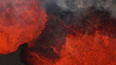 Jets de lave incandescente sur le champ de lave Holuhraun