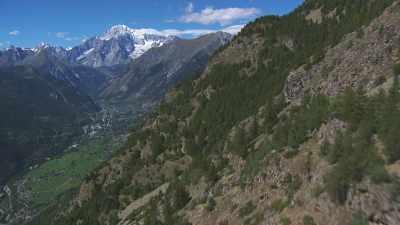 la Vallée d'Aoste entourée de montagnes