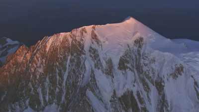 Les sommets de la vallée d'Aoste le soir