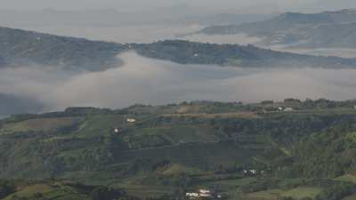 Villages de Liguries et nuages enclavés dans les collines