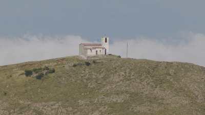 Chapelle au sommet de la colline, route sinueuse