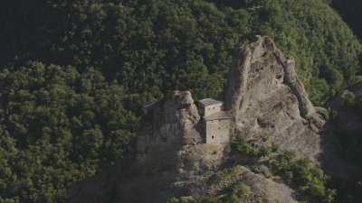 Ancienne construction dans la roche d'un pic montagneux