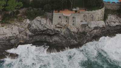 Survol d'habitation sur la côte, près de Gênes, et montagnes