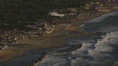 Petit port, église et plage
