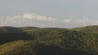 Collines et éoliennes en Toscane près de Santa Luce