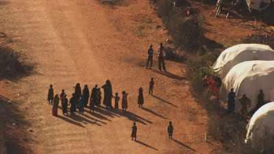 Population parmi les tentes de réfugiés, Kambioos Camp