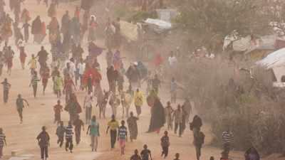 Des enfants accourent à la vue d'un hélicoptère, Kambioos Camp