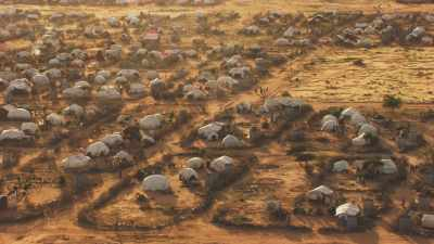 Tentes blanches et réfugiés