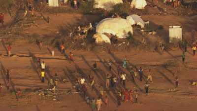 Les réfugiés accourent en entendant un hélicoptère