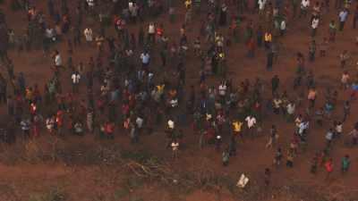 Des réfugiés applaudissent l'hélicoptère, IFO Camp