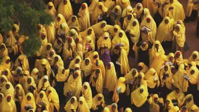 Ecoliers en habit jaune, camp de réfugiés