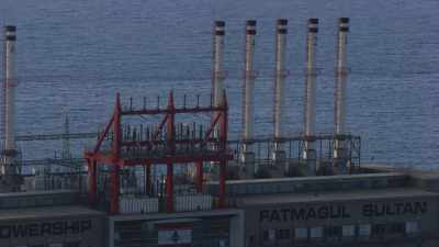 Front de mer et centrale électrique flottante