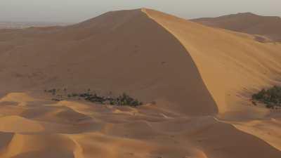 Dunes et campement touristique à Merzouga