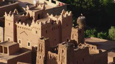 Cigognes sur les tours d'un Ksar