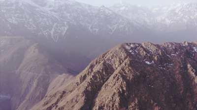 Montagnes enneigées et villages près de Tacheddirt