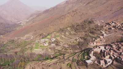 Rivière et villages dans les montagnes dans les environs de Tacheddirt