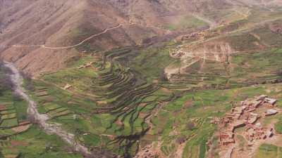 Plateau de Timnkar, cultures en escalier, montagnes et village