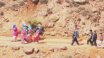 Habitants qui vont chercher l'eau à la source dans les montagnes du plateau de Timnkar