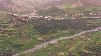 Village de montagne du plateau Timnkar et sa mosquée