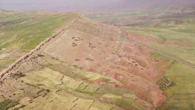 Plaines, montagnes et champs dans les environs de Touama et Tamagueurt