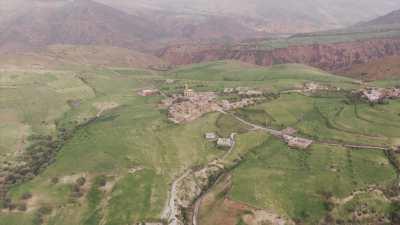 Champs dans la montagne et village, environs de Tissekhte