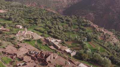 Village, rivière et montagne environs de Tameskarte, Aghebalou, Imizgue