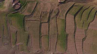 Plateau en haut de la montagne, routes, agriculture environs de Tadard Oufella