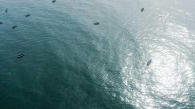 Plongeurs au narguilé ramasseurs d'algues rouges