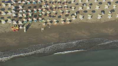 Plages et parasols, littoral méditerranée près d'Al Hoceima