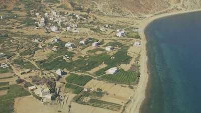 Montagnes, cultures, et mosquée sur la plage près du village de Almarsa Ighaniman