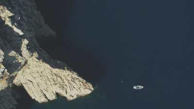 Formations rocheuses et bateau de pêcheur près du village d'El Jebeha