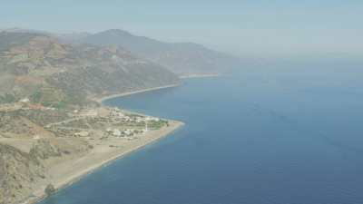 Habitations sur la côte et montagnes près de Oued Laou
