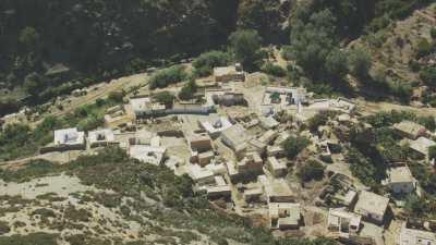 Petit village avec mosquée entre les montagnes, proche du littoral, Oued Laou