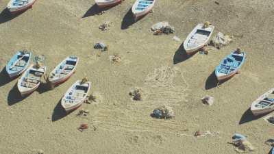 Bateaux et tentes sur la plage Oued Laou