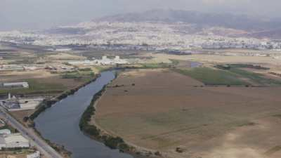 Plan large sur Tétouan depuis le fleuve Martil