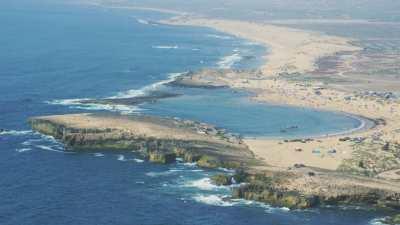 Pêcheurs, falaises et formations rocheuses avancées dans la mer