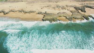 Mer agitée, côte rocheuse et plages près de Oualidia