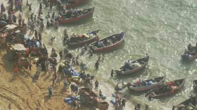 Petits bateaux de pêche à l'algue rouge près de la plage de Sidi El Abed
