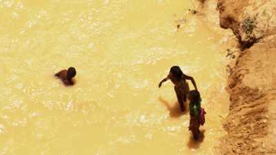 Enfants à la baignade dans des eaux polluées