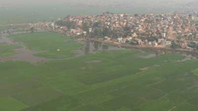 Ville et villages entourés de champs, marché