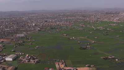 L'immense ville s'étend dans un paysage aride