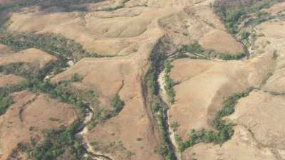 Collines arides orangées,rivière