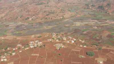Petit village isolé dans un paysage agricole
