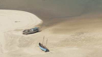 Des barques de pêcheurs parcourent les méandres des bancs de sable du littoral