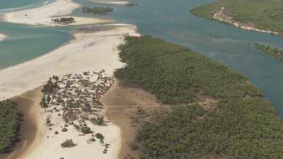 Paysage de bord de mer, village sur un banc de sable