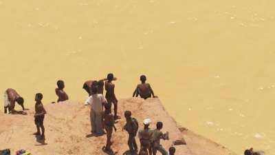 Jeux d'enfants dans les eaux jaunes des mines