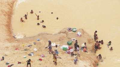 Activités autour de la rivière, bains, lavandières, linge séchant