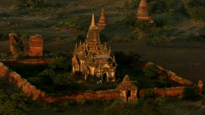Les temples de Bagan dans la brume au petit matin