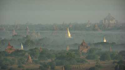 Montgolfières et brumes sur les temples de Bagan